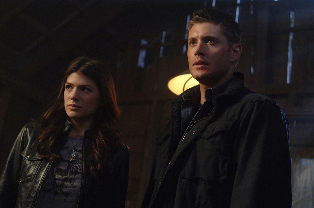 Sam und Dean (Jensen Ackles, r.) erfahren von Ruby (Genevieve Cortese, l.), dass der sehr mächtige Dämon Alastair auf der Suche nach Anna ist. Ein... - Bildquelle: Warner Brothers
