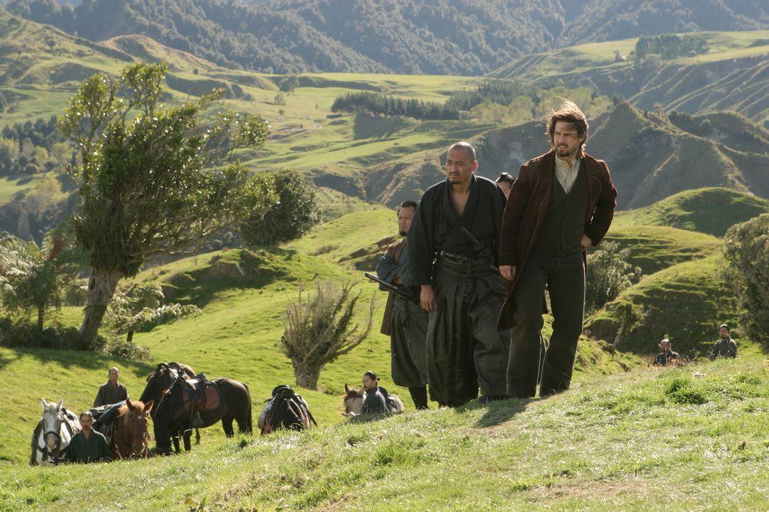 Sang- und klanglos geht Nathans (Tom Cruise, r.) junge Armee gegen die Samurai unter. Katsumoto (Ken Watanabe, l.) gelingt es sogar, Nathan gefangen... - Bildquelle: Warner Bros.