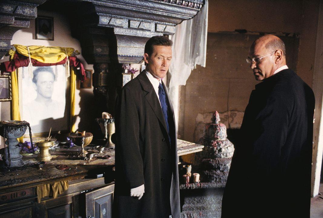 Doggett (Robert Patrick, l.) und Skinner (Mitch Pileggi, r.) wollen den Mord an zwanzig Sektenmitgliedern und zwei FBI-Agenten aufklären. - Bildquelle: TM +   Twentieth Century Fox Film Corporation. All Rights Reserved.