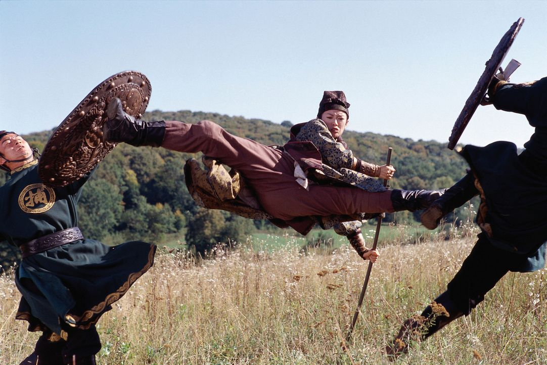Als Mei (Zhang Ziyi, M.) von einer Gruppe von Reitern mit Lanzen attackiert wird, kommt ihr Jin zur Hilfe. Da gesteht die blinde Kämpferin, dass si... - Bildquelle: Constantin Film