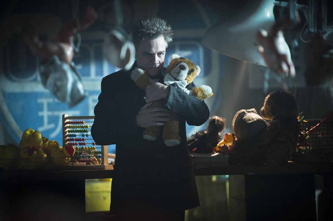 James Jesse alias The Trickster (Mark Hamill) versucht alles, um genau zur Weihnachtszeit in Central City für ordentlich Chaos zu sorgen und The Fla... - Bildquelle: 2015 Warner Brothers.