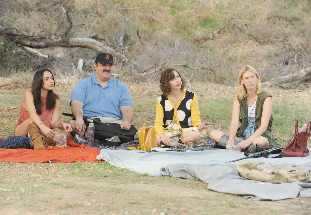 Erica (Cleopatra Coleman, l.), Todd (Mel Rodriguez, 2.v.l.), Carol (Kristen Schaal, 2.v.r.) und Melissa (January Jones, r.) machen sich auf die Such... - Bildquelle: 2015-2016 Fox and its related entities.  All rights reserved.