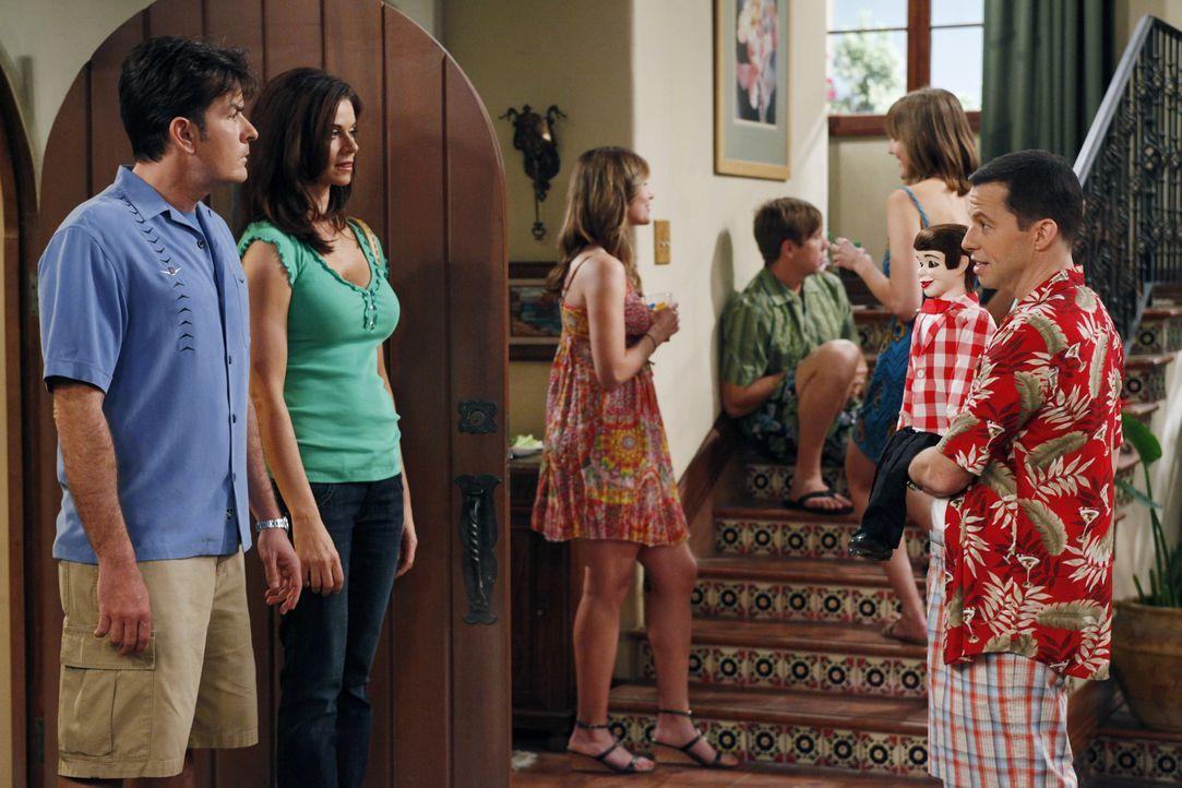 Charlie (Charlie Sheen, l.) und Chelsea (Jennifer Taylor, 2.v.l.) sind total genervt, als Alan (Jon Cryer, r.) mit seiner Freundin Melissa eine nich... - Bildquelle: Warner Bros. Television