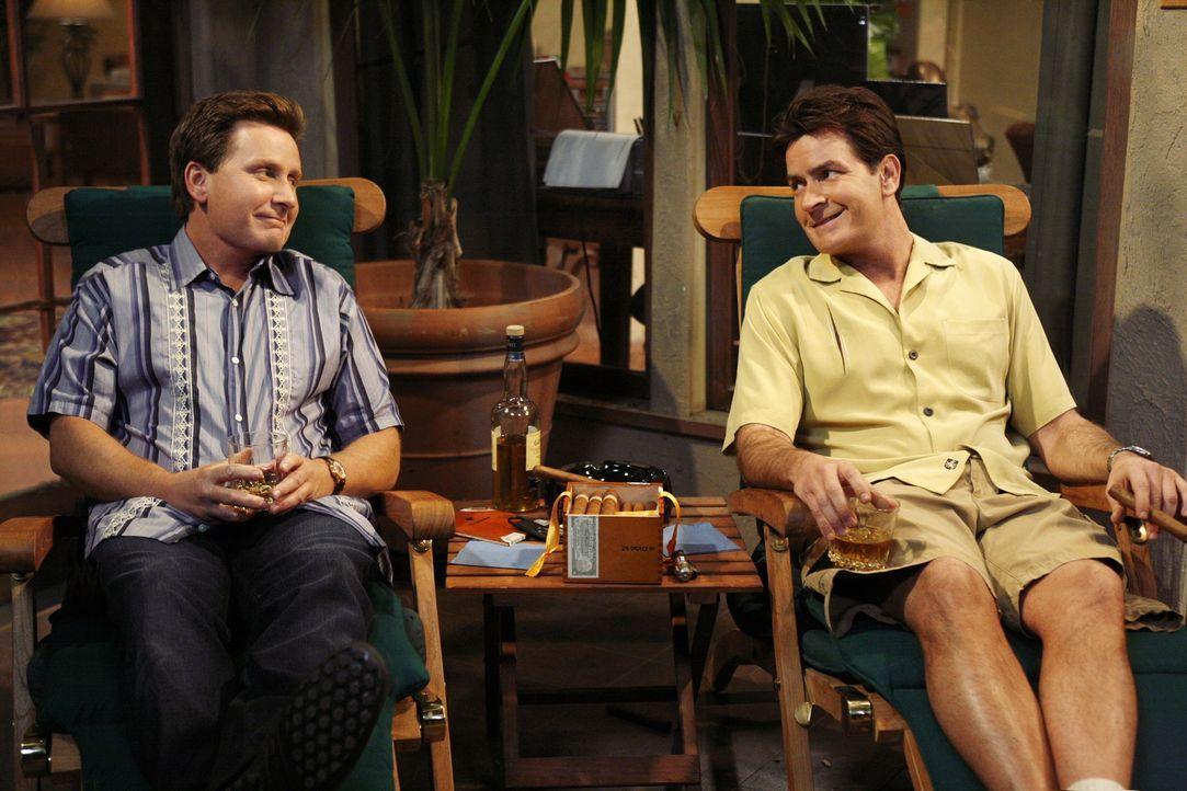 Sein bester Freund Andy (Emilio Estevez, l.) stirbt, während sie zusammen auf der Terrasse sitzen. Charlie (Charlie Sheen, r.) lässt sich daraufhin... - Bildquelle: Warner Brothers Entertainment Inc.