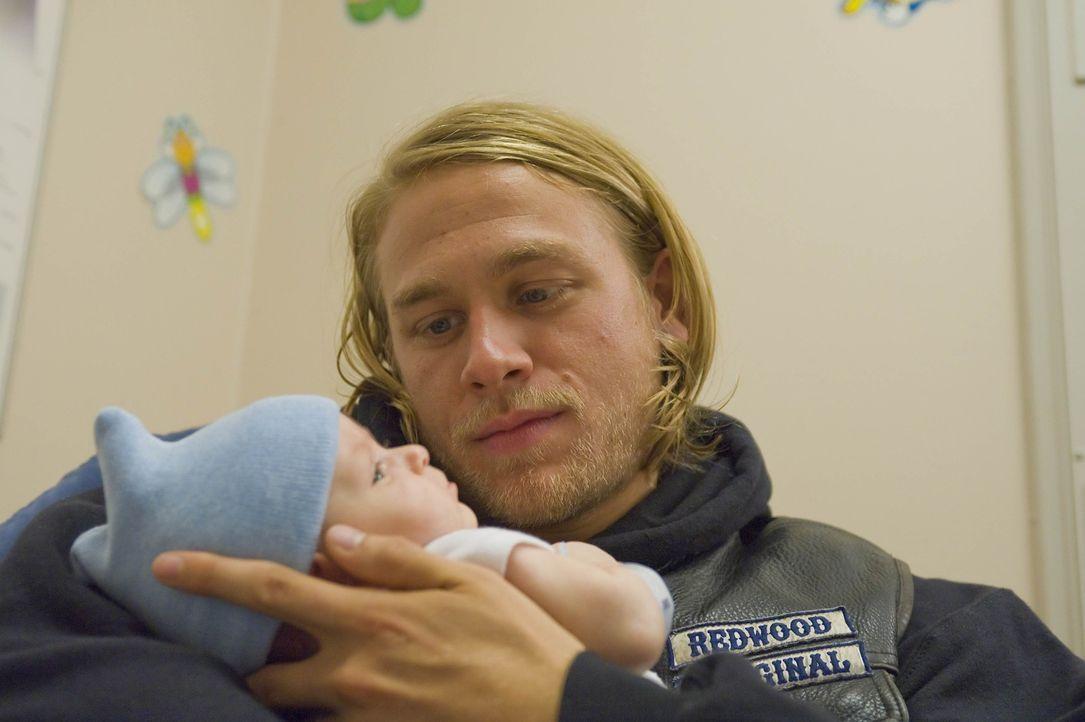 Endlich kann Jax (Charlie Hunnam) seinen Sohn auf im Arm halten ... - Bildquelle: 2008 FX Networks, LLC. All rights reserved.