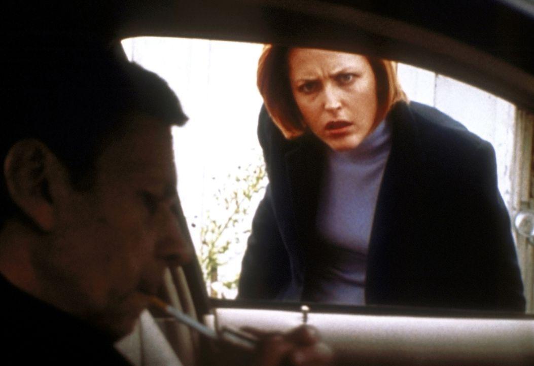 Der Raucher (William B. Davis, l.) gewinnt das Vertrauen von Scully (Gillian Anderson, r.). - Bildquelle: TM +   2000 Twentieth Century Fox Film Corporation. All Rights Reserved.