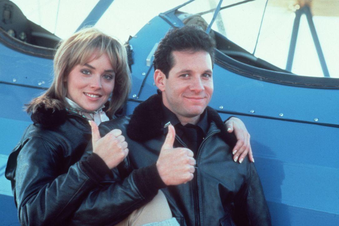 Werden die Reporterin Claire Mattson (Sharon Stone, l.) und Mahoney ( Steve Guttenberg, r.) die Gangster schnappen können? - Bildquelle: Warner Bros.