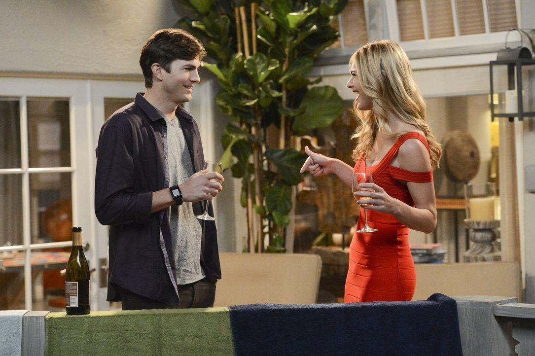Walden (Ashton Kutcher, l.) hat ein Date mit Nadine (Kate Lang Johnson, r.), die er auf einer Geschäftsveranstaltung kennengelernt hat. Durch einen... - Bildquelle: Warner Brothers Entertainment Inc.