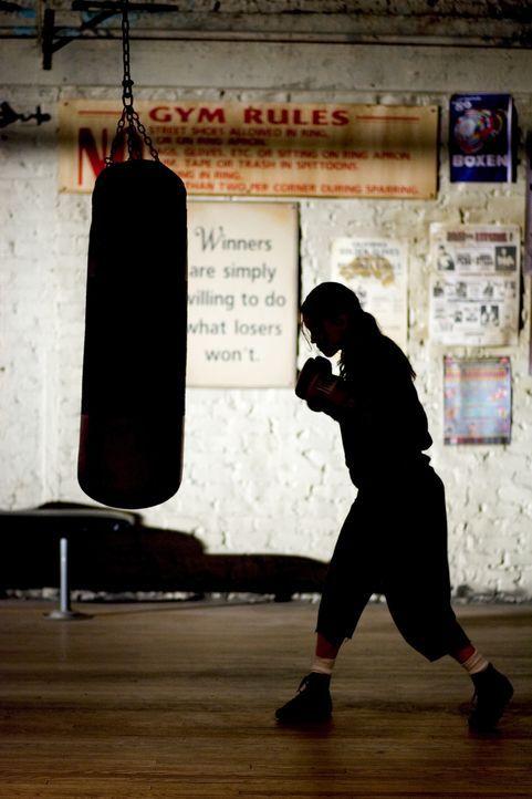 Eines Tages platzt Maggie Fitzgerald (Hillary Swank) in das Boxstudio von Frankie Dunn herein und besteht darauf, von ihm und nur von ihm trainiert... - Bildquelle: Epsilon Motion Pictures