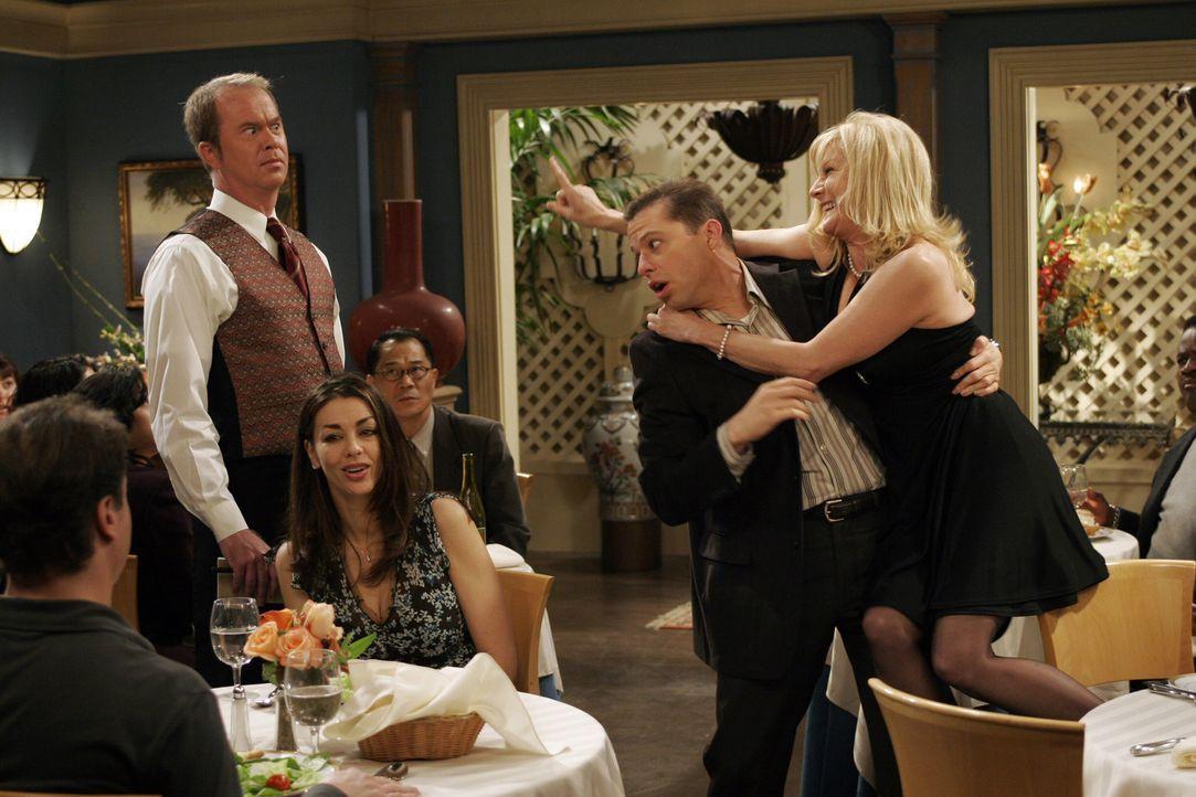 Keine leichte Aufgabe für Alan (Jon Cryer, 2.v.r.), sich um Trudy (Chloe Webb, r.) zu kümmern ... - Bildquelle: Warner Brothers Entertainment Inc.
