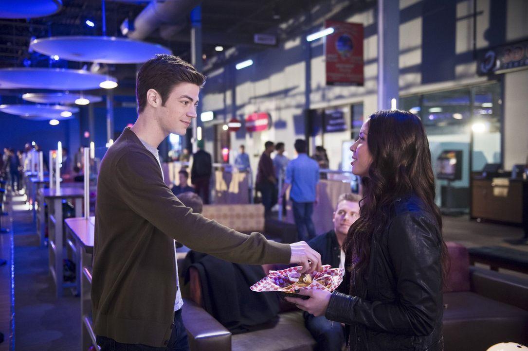 Während Linda (Malese Jow, r.) und Barry (Grant Gustin, l.) versuchen, das Beste aus einem unangenehmen Doppel-Date zu machen, entdeckt Cisco eine U... - Bildquelle: Warner Brothers.