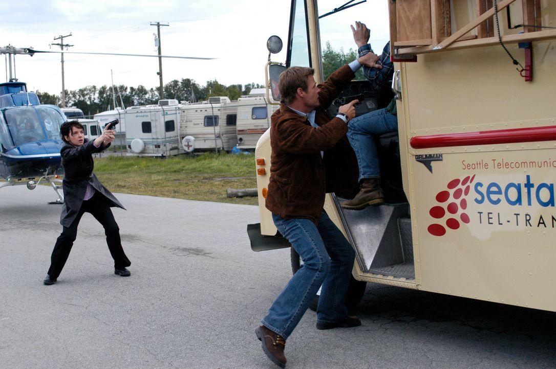 Die Rückkehrer finden immer weniger Unterstützung in der Bevölkerung. Es kommt zu tätlichen Übergriffen und Bombenanschlägen. Tom (Joel Gretsch, M.)... - Bildquelle: Viacom Productions Inc.