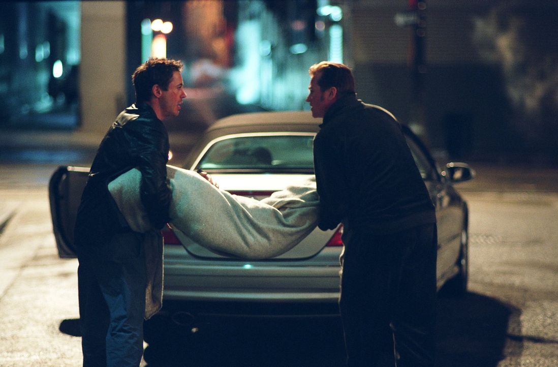 Harry (Robert Downey Jr., l.) und Perry (Val Kilmer, r.) können es nicht glauben, aber ihre Leichen wollen einfach nicht verschwinden, sondern tauch... - Bildquelle: 2015   Warner Brothers