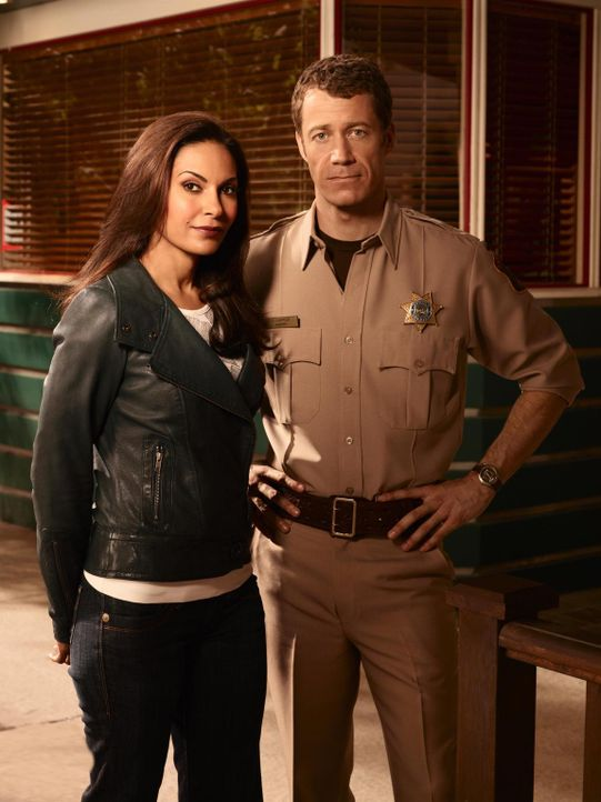 (4. Staffel) - Obwohl in Eureka alles anders ist, als in allen anderen Städten, fühlen sich Allison (Salli Richardson-Whitfield, l..) und Jack (Coli... - Bildquelle: Universal Television