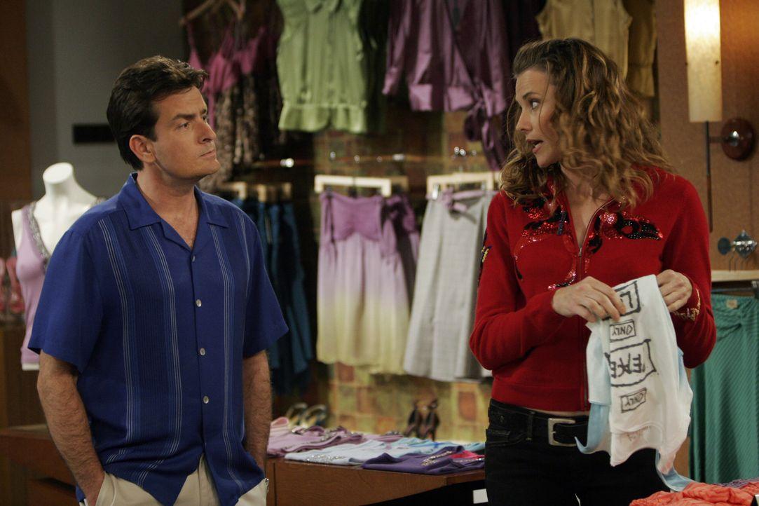 Charlie (Charlie Sheen, l.) steht vor einem Problem, denn er verliebt sich in Pamela (Lucy Lawless, r.), die geschiedene Frau seines Auftraggebers ... - Bildquelle: Warner Bros. Television