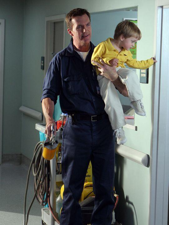 Hat bei seiner Arbeit Hilfe bekommen: Der Hausmeister (Neil Flynn, l.)  ... - Bildquelle: Touchstone Television