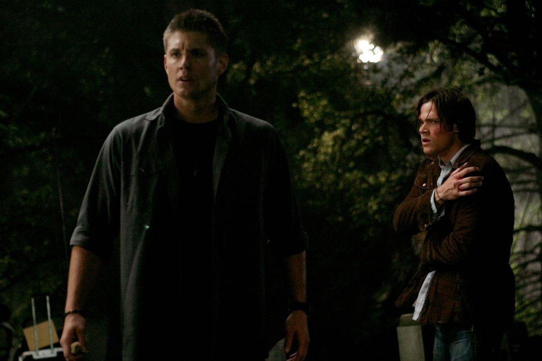 Sam (Jared Padalecki, r.) und Dean (Jensen Ackles, l.) nehmen einen Anruf von dem alten Handy ihres Dads entgegen, durch den sie herausfinden, dass... - Bildquelle: Warner Bros. Television