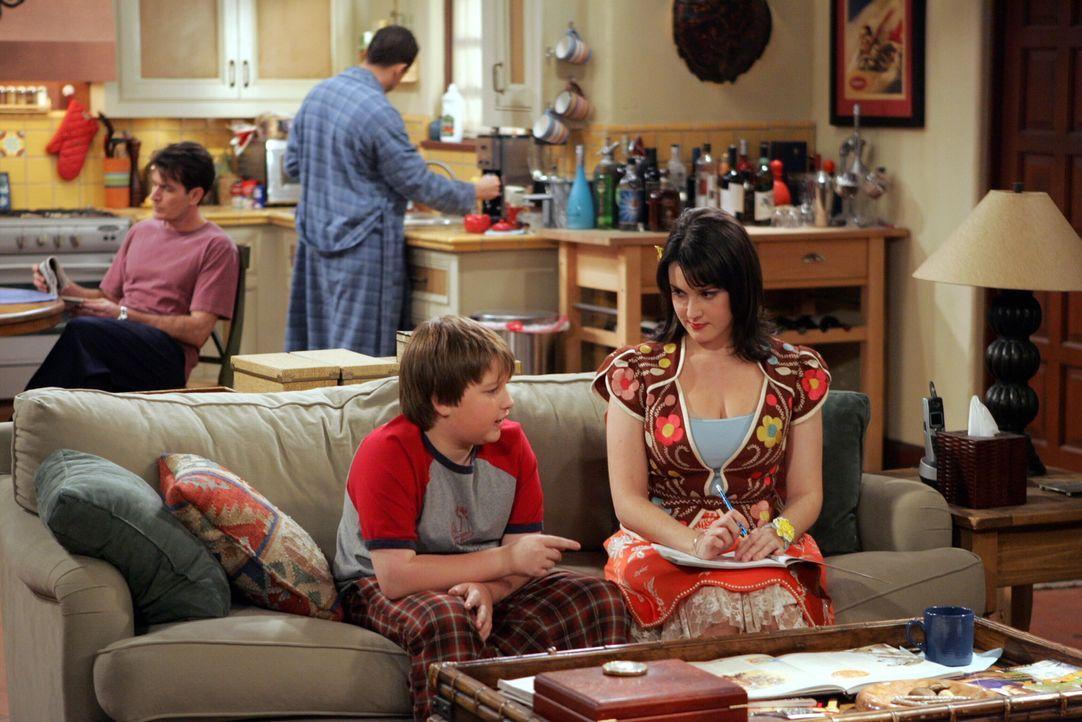Rose (Melanie Lynskey, vorne r.) verabschiedet sich von Jake (Angus T. Jones, vorne l.), da sie nach London umsiedeln möchte. Charlie (Charlie Sheen... - Bildquelle: Warner Brothers Entertainment Inc.