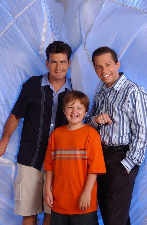 (3. Staffel) - Wahre Männer: Charlie (Charlie Sheen, l.), Alan (Jon Cryer, r.) und Jake (Angus T. Jones, M.) ... - Bildquelle: Warner Brothers Entertainment Inc.