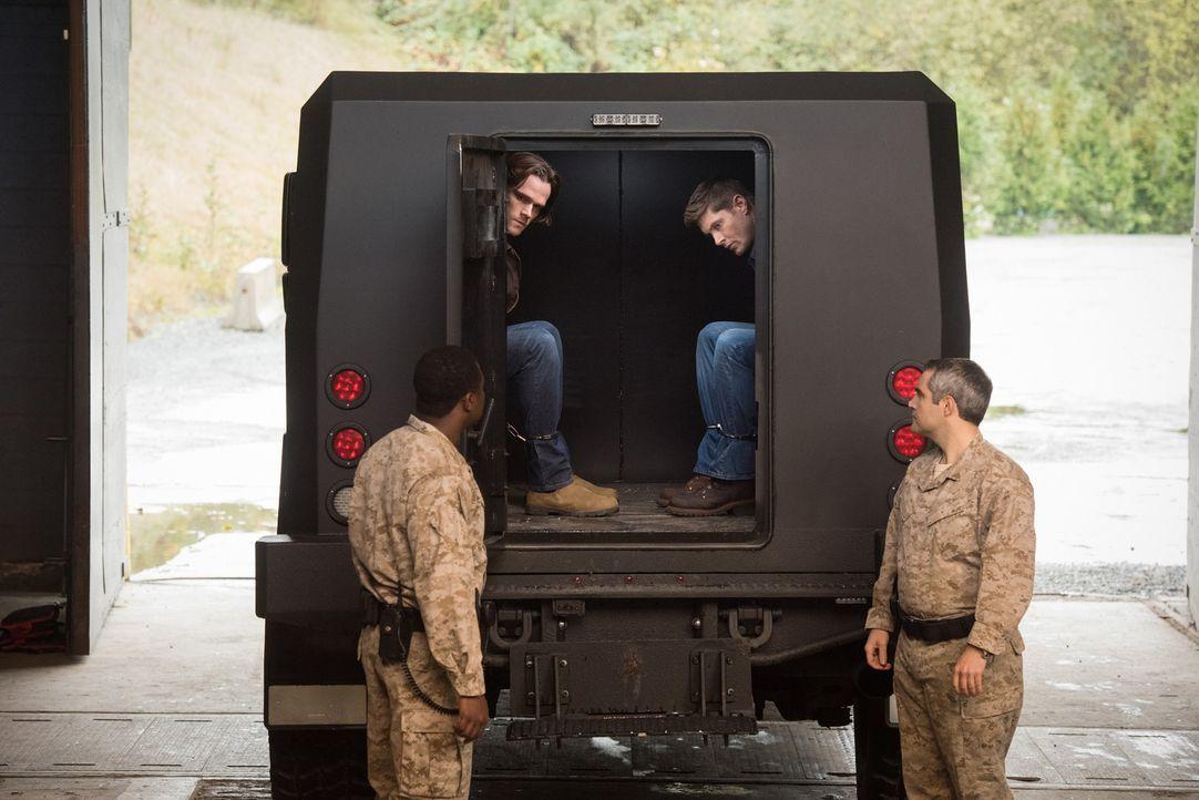 Sam (Jared Padalecki, 2.v.l.); Dean (Jensen Ackles, 2.v.r.) - Bildquelle: Dean Buscher 2016 The CW Network, LLC. All Rights Reserved/Dean Buscher