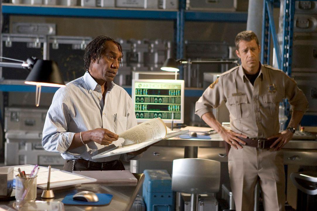 Als Zoes Stimme versagt, bringt Carter (Colin Ferguson, r.) sie zu Global Dynamics. Doch auch Henry (Joe Morton, l.) findet keine Erklärung für ihre... - Bildquelle: Universal Television