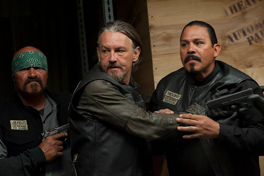 Chibs (Tommy Flanagan, M.) versucht, zwischen den Clubmitgliedern zu  schlichten, aber der Präsident der Mayans Oakland, Alvarez (Emilio Rivera, r.)... - Bildquelle: 2011 Twentieth Century Fox Film Corporation and Bluebush Productions, LLC. All rights reserved.