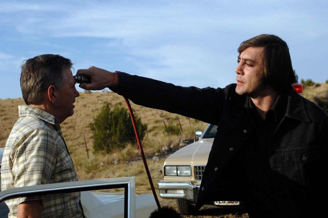 Der Killer Anton Chigurh (Javier Bardem, r.) trägt nicht nur einen ungewöhnlichen Namen, sondern hat auch eine außergewöhnliche Mordmethode entwicke... - Bildquelle: 2008 by PARAMOUNT VANTAGE, a Division of PARAMOUNT PICTURES, and MIRAMAX FILM CORP. All Rights Reserved.