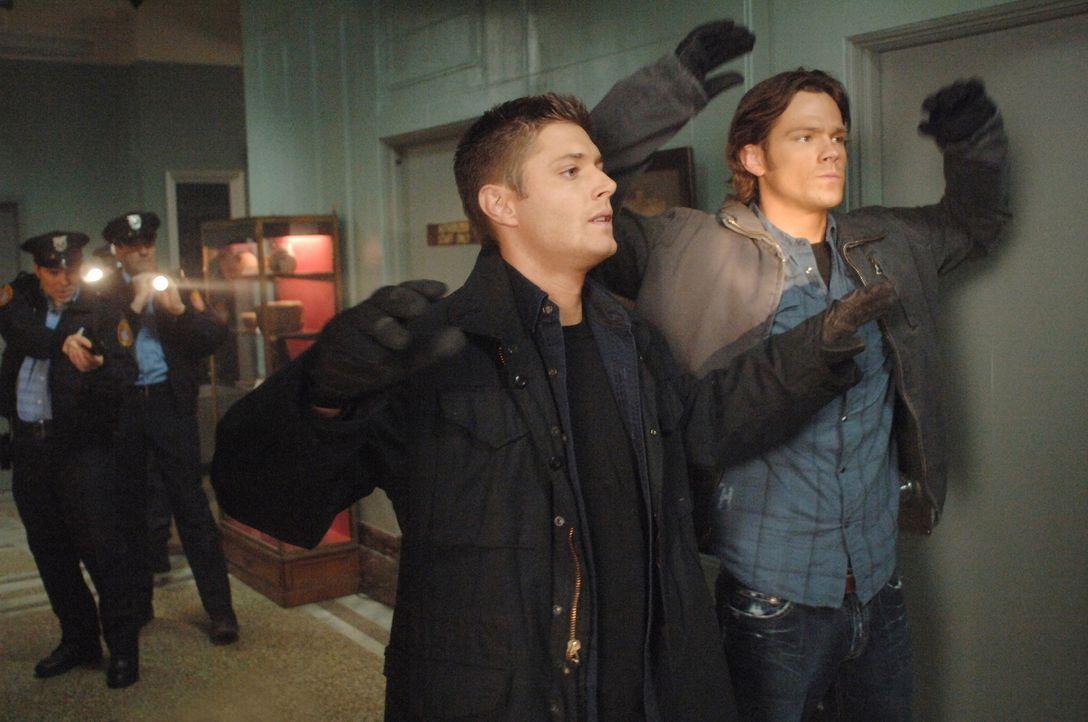 Als der FBI-Agent Henricksen auftaucht, haben Sam (Jared Padalecki, r.) und Dean (Jensen Ackles, l.) ein viel größeres Problem, als den mordenden Ge... - Bildquelle: Warner Bros. Television