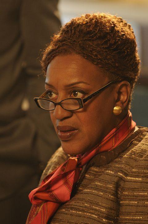 Steht sie hinter Artie oder nicht? Agentin Mrs. Fredrick (CCH Pounder) ... - Bildquelle: Steve Wilkie SCI FI Channel