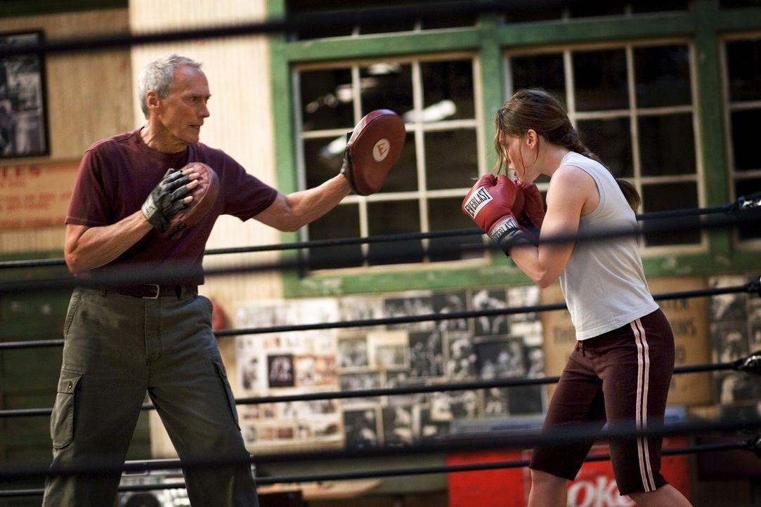 Nach langem Zögern beginnt Frankie (Clint Eastwood, l.), die sture Boxerin zu trainieren. Denn Maggie (Hillary Swank, r.) ist zwar schlagfertig, abe... - Bildquelle: Epsilon Motion Pictures