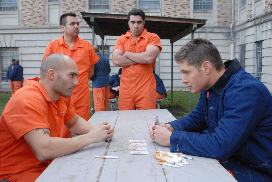 Harter Gefängnisalltag: Dean (Jensen Ackles, r.) erspielt sich einen Zigarettenvorrat - doch Hombre (James Michalopoulous, l.) findet dies überhaupt... - Bildquelle: Warner Bros. Television
