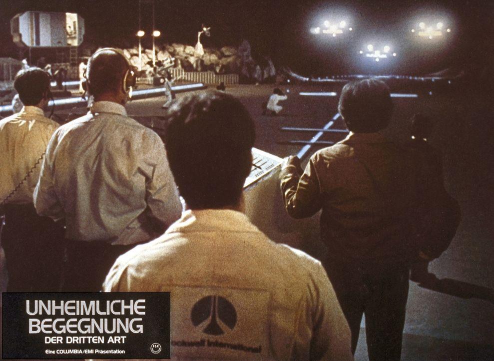 Auf dem Devil's Tower, einem riesigen Tafelberg in Wyoming, erwartet eine Gruppe internationaler Wissenschaftler die Ankunft von Außerirdischen ... - Bildquelle: Columbia Pictures