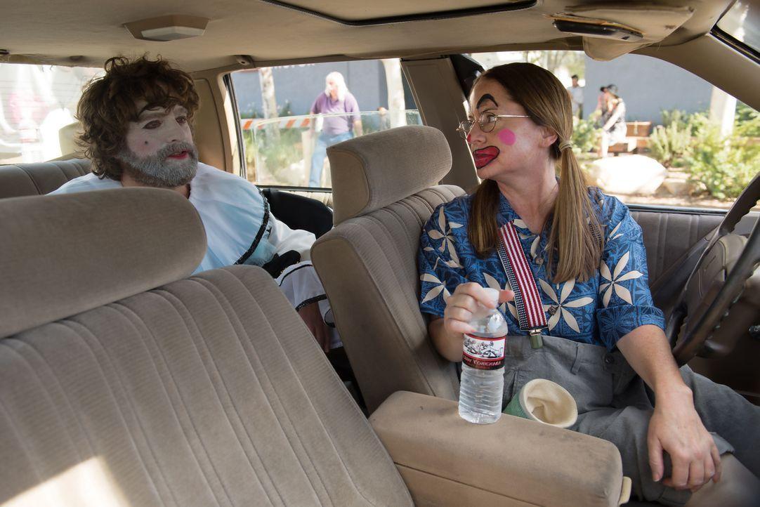 Martha (Martha Kelly, r.) nutzt einen Autounfall dafür, für Chip (Zach Galifianakis, l.) einige Auftritte zu organisieren ... - Bildquelle: 2017 Fox and its related entities.  All rights reserved.