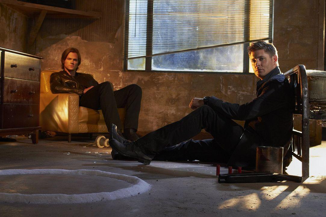(7. Staffel) - Die beiden Brüder Sam (Jared Padalecki, l.) und Dean Winchester (Jensen Ackles, r.) machen sich auf den Weg, Geister und Monster aufs... - Bildquelle: Warner Bros. Television