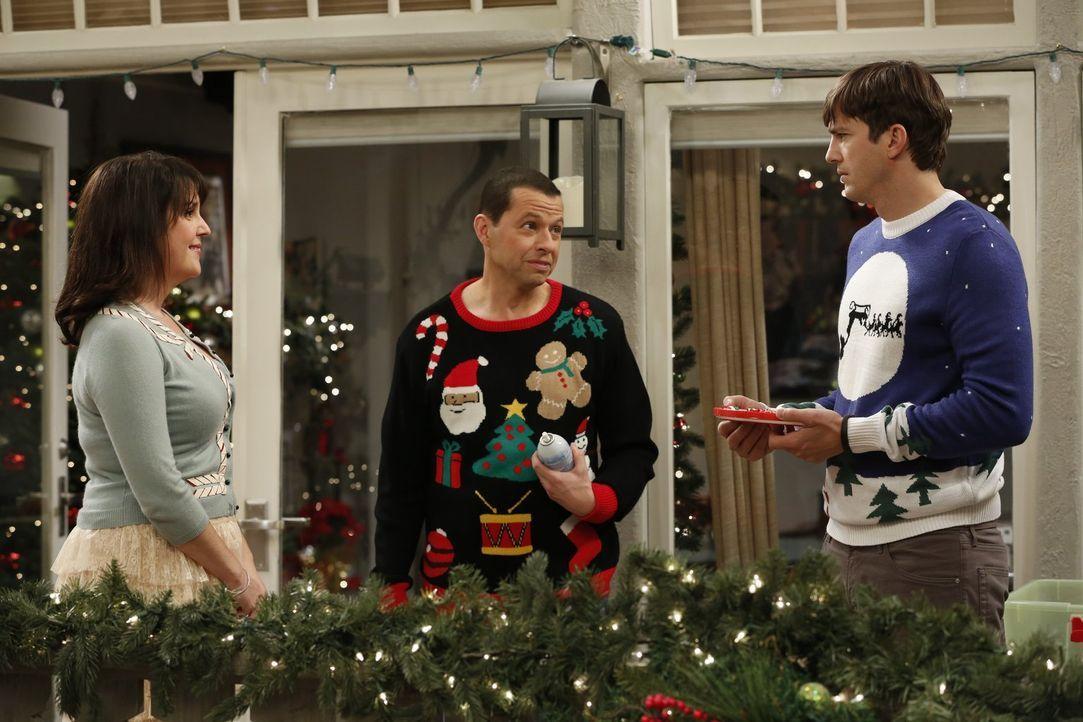 Erleben ein ganz besonderes Weihnachtsfest: Rose (Melanie Lynskey, l.), Walden (Ashton Kutcher, r.) und Alan (Jon Cryer, M.) ... - Bildquelle: Warner Brothers Entertainment Inc.