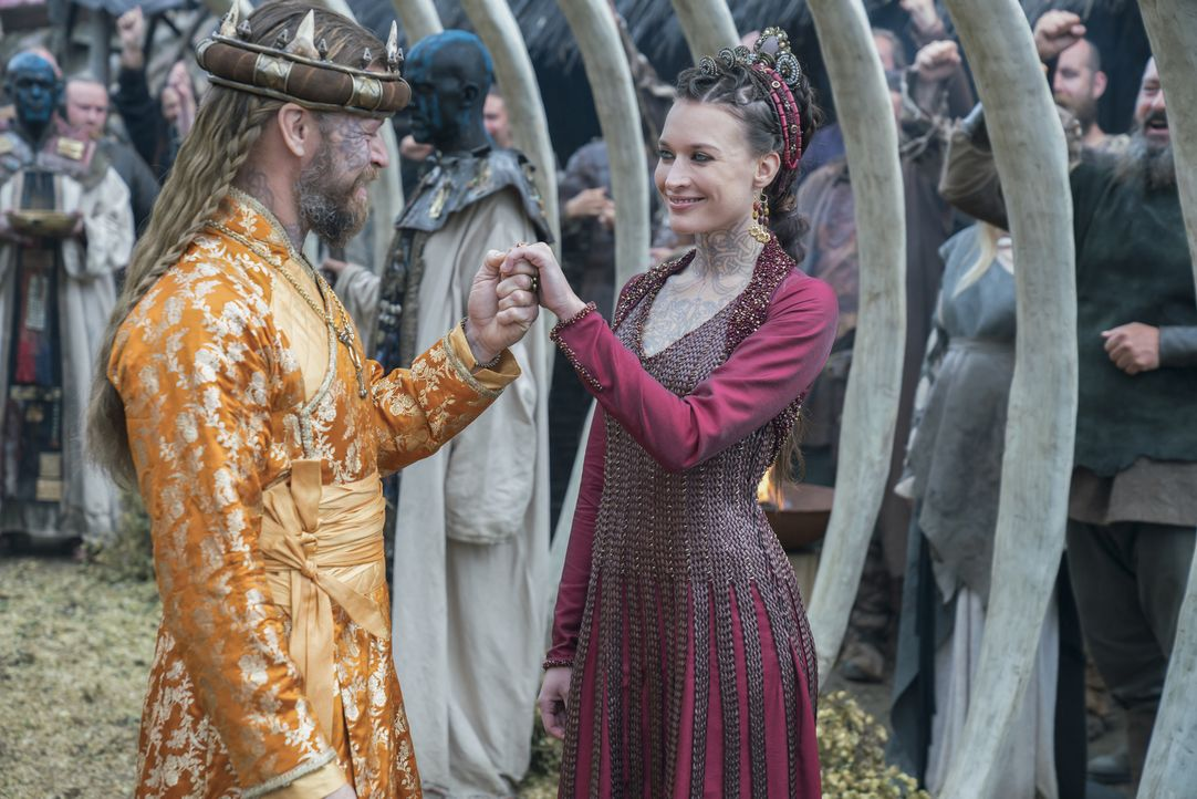 Während König Finehair (Peter Franzén, l.) mit Astrid (Josefin Asplund, r.) das Bündnis der Ehe eingeht, erhalten Björn und seine Männer in Sizilien... - Bildquelle: 2017 TM PRODUCTIONS LIMITED / T5 VIKINGS III PRODUCTIONS INC. ALL RIGHTS RESERVED.