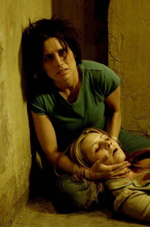 Das ganze Haus ist mit Nervengas vergiftet. Laura (Beverly Mitchell, r.) erleidet in Amandas (Shawnee Smith, l.) Armen einen tödlichen Anfall ... - Bildquelle: Kinowelt Filmverleih