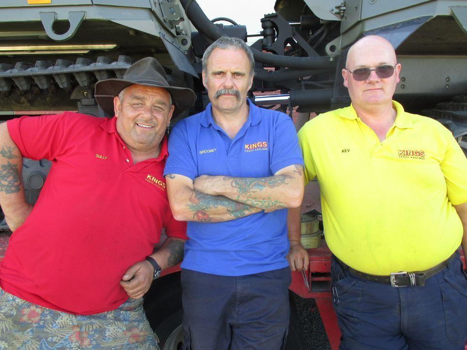 Ihre auf Schwertransporte spezialisierten britischen Supertrucker kämpfen tagtäglich mit gigantischer Fracht und mit viel zu schmalen Straßen und Br... - Bildquelle: Lion Television & All3Media Int.