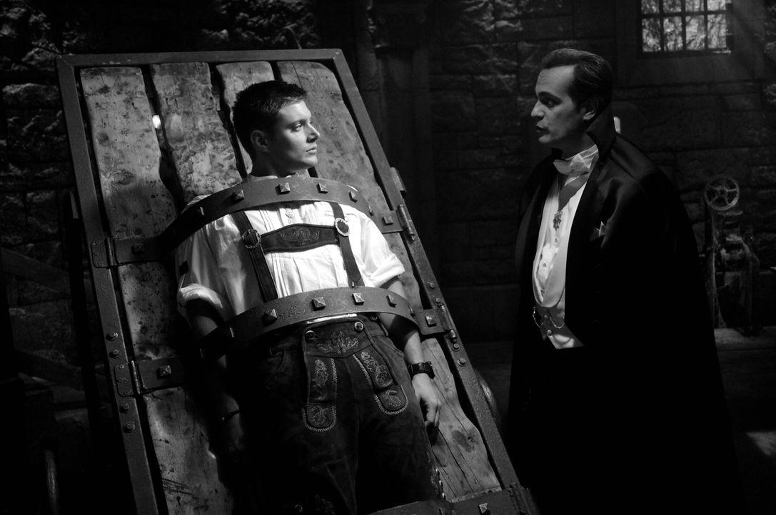 Dean (Jensen Ackles, l.) ist in den Fängen des Draculas (Todd Stashwick, r.). Wird er noch rechtzeitig gerettet? - Bildquelle: Warner Bros. Television