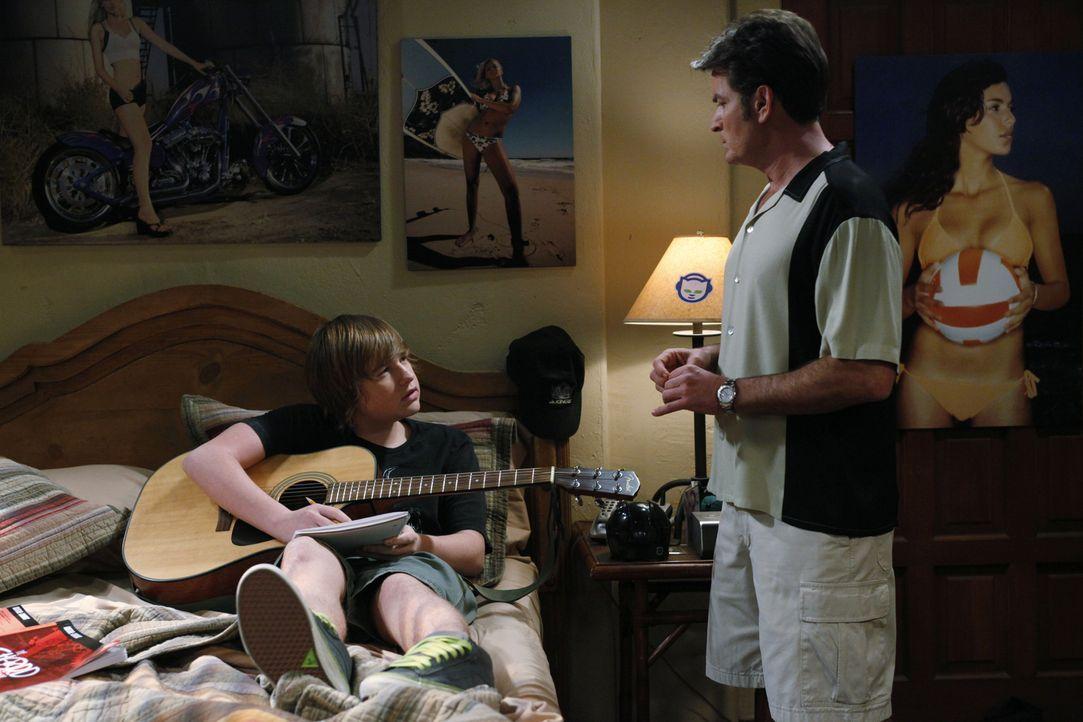 Jake (Angus T. Jones, l.) will seine vergraulte Freundin Celeste zurück haben und komponiert einen Liebessong für sie. Auch diesmal steht ihm Onkel... - Bildquelle: Warner Brothers