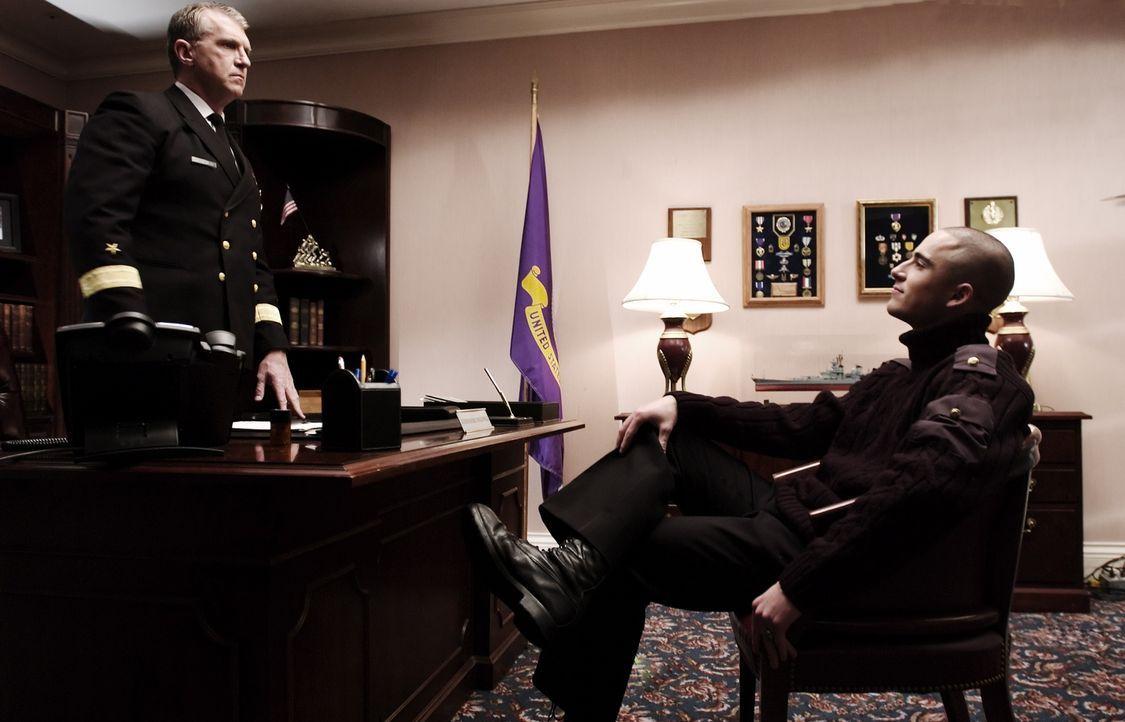 Commodore Stockwell (Mike Cleven, l.), der Leiter der Schule, sieht es gar nicht gerne, wie Victor (Graham Kosakoski, r.) seine dunklen Mächte aussp... - Bildquelle: Regent Entertainment