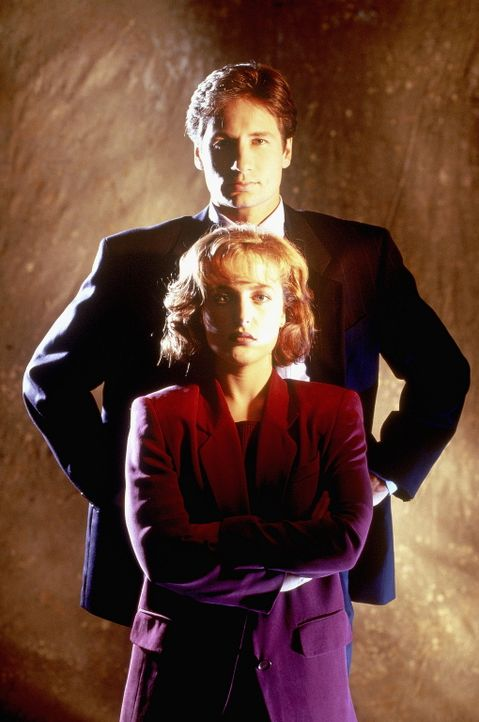 (2. Staffel) - Die FBI-Agenten Fox Mulder (David Duchovny, hinten) und Dana Scully (Gillian Anderson, vorne) erforschen ungewöhnliche Phänomene. - Bildquelle: TM +   Twentieth Century Fox Film Corporation. All Rights Reserved.