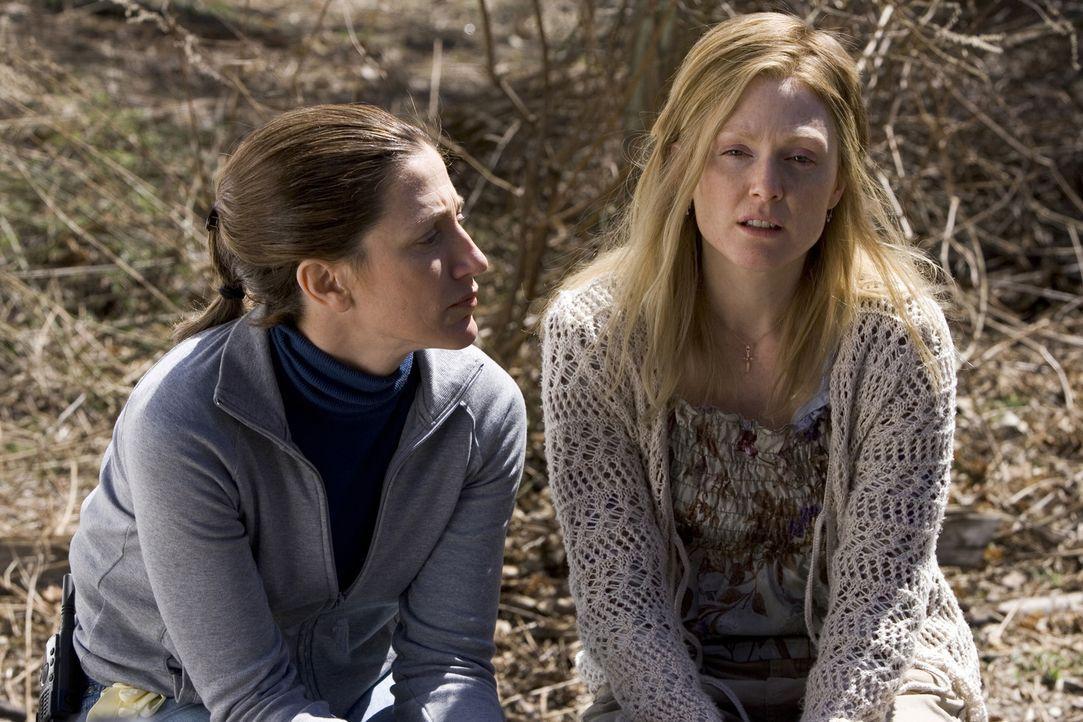 Noch kann Karen (Edie Falco, l.) nicht glauben, dass Brendas (Julianne Moore, r.) Geschichte nicht der Wahrheit entspricht ... - Bildquelle: Sony Pictures Television International. All Rights Reserved.