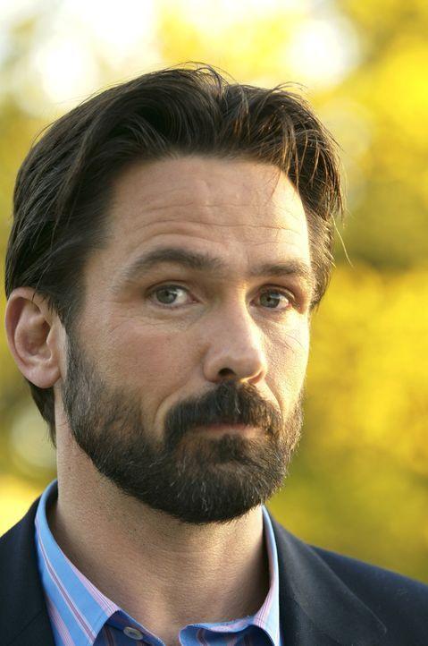 Überraschenderweise erhält Richard nach seiner Festnahme Hilfe von Jordan Collier (Bill Campbell) ... - Bildquelle: Viacom Productions Inc.