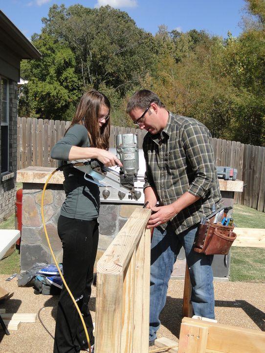 Leslie (l.) packt beim Umbau ihres Dachbodens mit an, denn sie kann es kaum erwarten, zu sehen, was sich Josh (r.) ausgedacht hat ... - Bildquelle: 2012, DIY Network/Scripps Networks, LLC. All Rights Reserved.