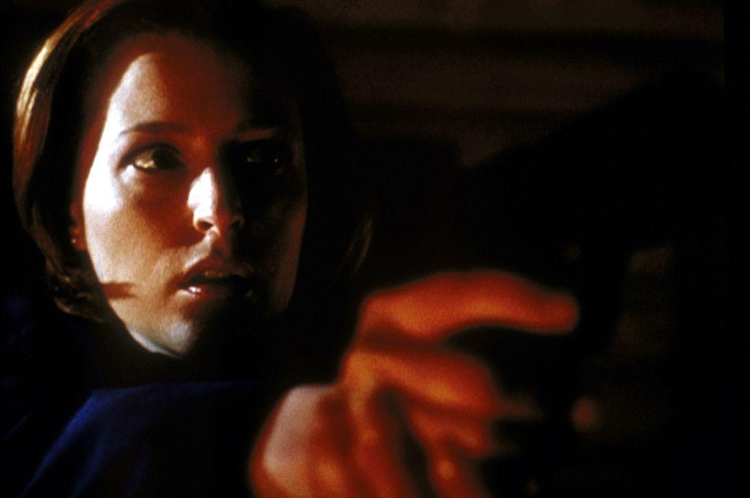 Verzweifelt versucht Scully (Gillian Anderson), sich im letzten Moment vor einem Wahnsinnigen zu retten, der über wahre Hexenkünste verfügt. - Bildquelle: TM +   2000 Twentieth Century Fox Film Corporation. All Rights Reserved.