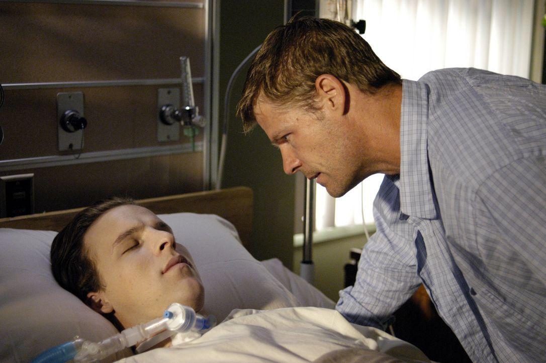 Tom Baldwin (Joel Gretsch, r.) ist besorgt um seinen Sohn Kyle (Chad Faust, l.), der bereits seit drei Jahren im Koma liegt ... - Bildquelle: Viacom Productions Inc.