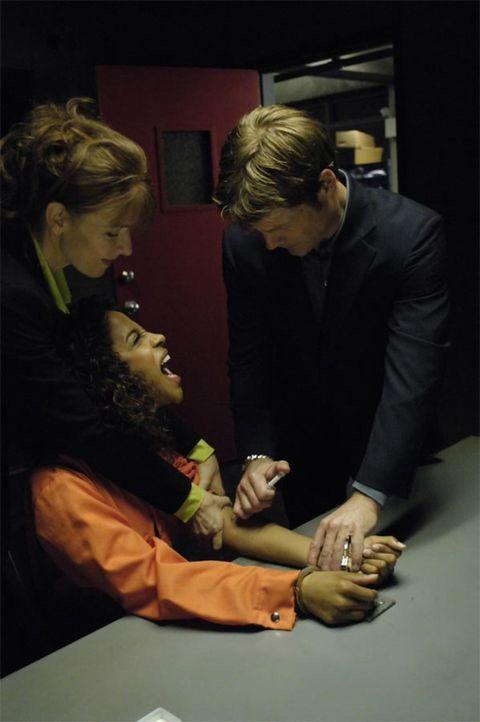 Diana (Jacqueline McKenzie, l.) fordert Tom (Joel Gretsch, r.) auf, seinen Auftrag zu erfüllen und auch Isabelle (Megalyn Echikunwoke, M.) sagt ihm,... - Bildquelle: Viacom Productions Inc.
