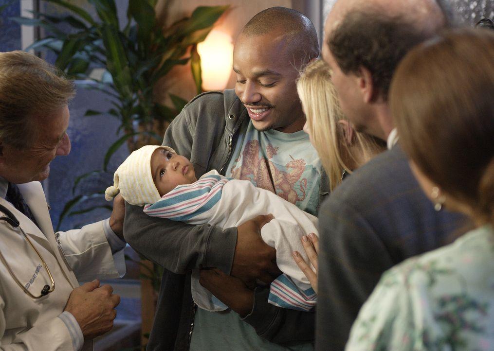 Turk (Donald Faison) stellt allen seinen Nachwuchs Isabelle vor ... - Bildquelle: Touchstone Television