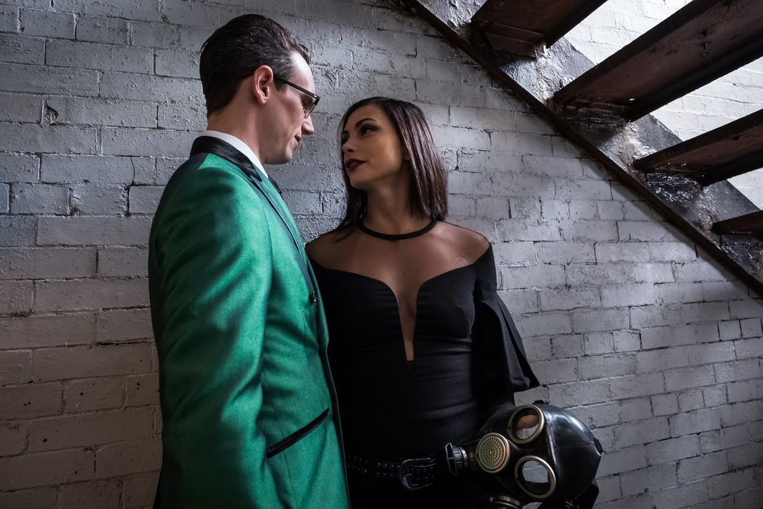 Edward Nygma alias The Riddler (Cory Michael Smith, l.); Leslie Thompkins (Morena Baccarin, r.) - Bildquelle: 2017 Warner Bros.
